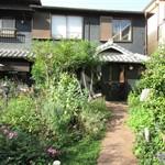 マナーハウス モトヤマ - お店までの庭