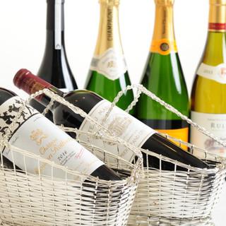 ソムリエ厳選のワインから食後の一杯まで、幅広いラインアップ