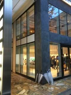 木と水と土と - これがお店の入っているビル 手前のガラス張りは別のテナント