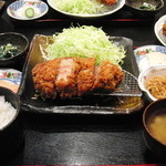 rengaya - 定食には鮭の中落ちなどの小鉢もつきます