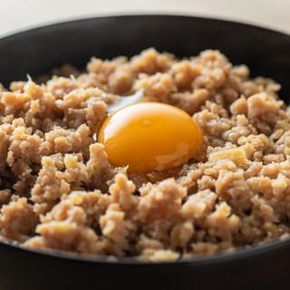 素材にもこだわった一品料理も豊富。〆の鶏スープは絶品◎