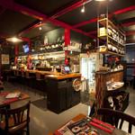肉バル ITTOKU - 黒と赤を基調とした店内