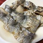 西村物産 直売店 - 三枚におろした太刀魚を串に巻いて焼いてあるのでそのまま別売のタレでいただく!ふわっとしていて絶品!