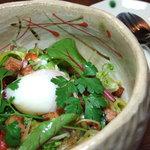 ほんのり - 「ベーコンと温泉玉子のサラダ」720円 たっぷり野菜に作りたての暖かいドレッシングをかけます 温泉玉子を混ぜてお召し上がりください