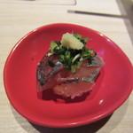 焼鳥 大自然 - 付け出しはイワシのてまり寿司、一口サイズの可愛らしいお寿司です。