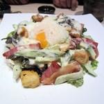 焼鳥 大自然 - 生野菜を少し食べたかったんでサラダを注文、サラダはベーコンとアボガドのシーザーサラダです