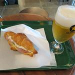 カフェ グリーン トカチ - 北海道産生ハム&トマトのチーズクロワッサン+サッポロクラッシック(693円+550円)