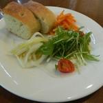 オアシス - サラダとパン