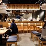 串焼き・野菜巻き工房 ひょーげもん - 温かみのある和モダンな空間