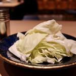 串焼き・野菜巻き工房 ひょーげもん - お通しのキャベツ