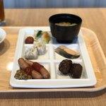 118629401 - ソーセージ、ミートボール、シュウマイ、焼鮭、蕎麦、漬物