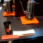 烈志笑魚油 麺香房 三く - お茶のコップは金属製