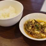 中国旬菜 茶馬燕 - 酸菜豆花牛肉(土中発酵黄瓜と大根泡菜等の入った麻辣煮)、米飯(白米)