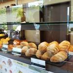118645942 - 美味しそうなパン達✨オシャレな店内です
