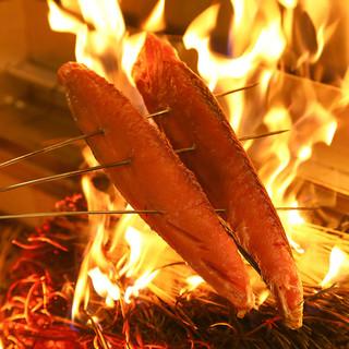豪快な炎を上げて実演調理◎自信のカツオの「藁焼き」をどうぞ