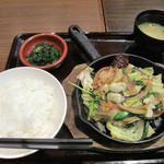 大衆居食家 しょうき - 塩ホルモン鉄板定食。辛味噌ペーストを付けて頂きます。