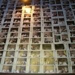 ヂンギス邸 - 壁いっぱいのポラロイド写真