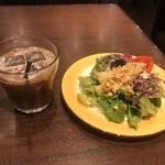 118658187 - セットのサラダとドリンクバーのアイスコーヒー