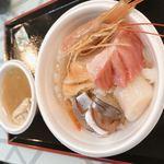 118664032 - アジ カンパチ ホタテ サケ炙りハラミ でかいエビ  大トロののっけ丼 カニ汁付き