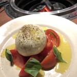 Yakiniku Barbies - フルーツトマトとブラータチーズのカプレーゼ
