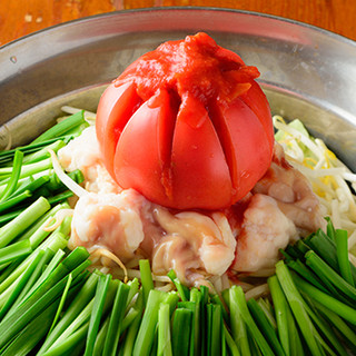 女性も大好評!丁寧に出汁から作る「トマトもつ鍋」