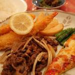 てぃーあっぷ - 本日のランチ770円はビーフ和風ソテー、スパニッシュオムレツ、エビフライ、魚フライ、ミニサラダ