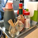 キッチンV - カウンターに常備された調味料類
