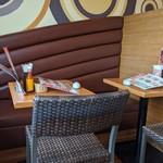 ラ・パウザ - [内観] 店内 テーブル席 ②