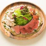 ワイン食堂 旅する子ブタ - シェフ特製肉サラダ