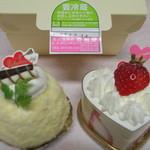 11871835 - バナナケーキ(左)と苺ケーキ