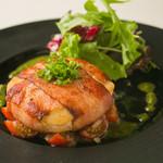 ワイン食堂 旅する子ブタ - カマンベールのベーコン巻きステーキ フレッシュトマトソース