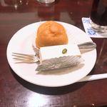 118713112 - シュークリームとレアチーズケーキ