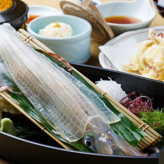 甘みと食感が癖になるイカの活き造り定食は2900円。