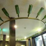 Wainya - ガラス瓶を天井に飾っている。ア―ルヌボー調ですね。
