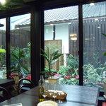 Wainya - ガラスの向こうにお庭がみえる。