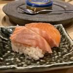 鮨・酒・肴 杉玉 - 飲めるサーモン ¥299 シャリにはバルサミコ酢
