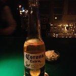 コーナー - コロナビールの正しい飲み方を教えてくれます。