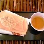 神田達磨 - 鯛焼+ほうじ茶(無料)