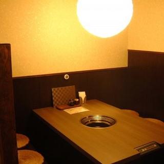 1F テーブル席は5~6人で楽しめます!!