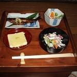 ごんべえ邑 - 箱膳の蓋に並べた料理