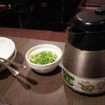 喃風 - どろ焼の出汁ポットと薬味のネギとお皿