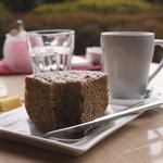 Chocolat Chic 南青山 - 紅茶のシフォンケーキとコーヒー