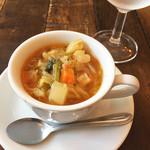 TROMPETTE - 野菜とキノコのスープ。しみじみ美味。温められたバゲットと