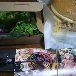 原価ビストロBAN! - お持ち帰りしたハンバーガーとサラダ