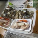 中宮丸 - 料理写真:先ずは牡蠣等の食材とお茶がテーブルに届きました、食材は牡蠣・はまぐり・サザエ・ホタテ・エビ・イカ・ウインナーのセットです。