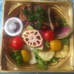 ラ・ボンバンス ご馳走デリ - 豚の西京焼きと季節の野菜のお弁当 980円