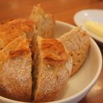 11886351 - 始めにだされるパン バターを塗るのではなく乗せて食べるのがおすすめ。