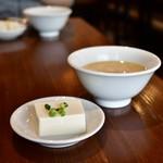 PAIRON - 【四大焼餃子定食@850円】冷奴&卵スープ
