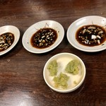 """ジンギスカン - 料理写真:★常習性高し,タレと""""ド緑色""""の大蒜★"""
