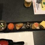 千鳥寿し - 先付(もずく、鮭手毬寿司、ブリ、茄子、?、鰻巻き)
